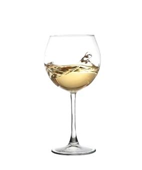 Wino białe mieszając w kieliszku do wina czara, na białym tle na białej ścianie