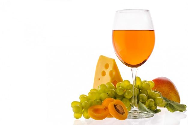 Wino bursztynowe wino w szklance w pobliżu owoców, winogron i sera. tradycyjne gruzińskie wino według starożytnej technologii. pojedynczo na białym tle. skopiuj miejsce zbliżenie i orientacja pozioma.