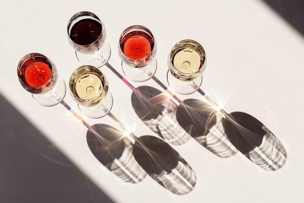 Wino czerwone, różowe i białe, różne wina w szkle, ciemne cienie