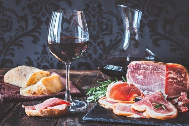 Wino czerwone z szynką prosciutto