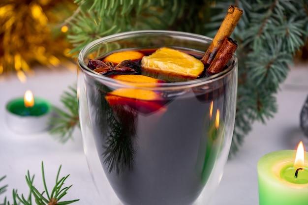 Wino grzane na gorąco z dodatkiem czerwonego wina, pomarańczy, lasek cynamonu i anyżu gwiazdkowatego.