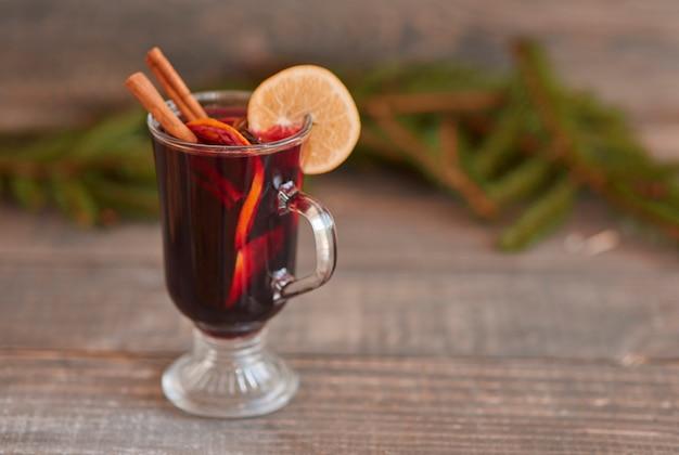 Wino grzane z laską cynamonu i cytryną