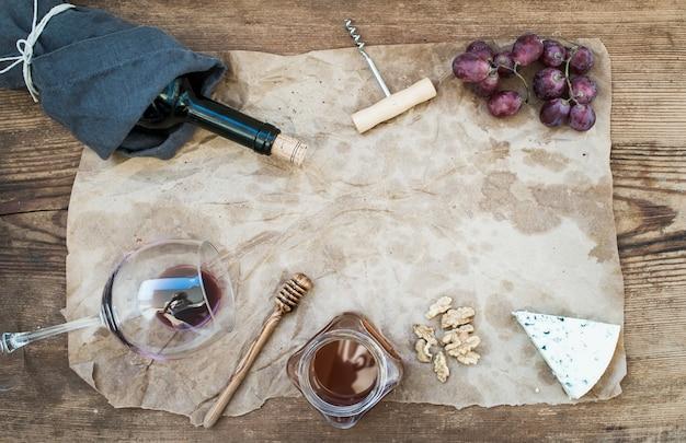 Wino i przystawka z copyspace w centrum