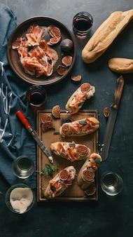 Wino i tapas z jamonem. stół z przekąskami
