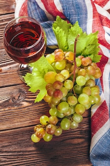 Wino i winogrona na drewnianym tle