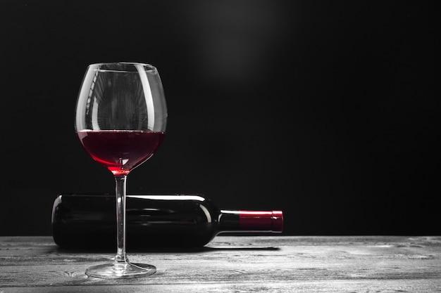 Wino i winogrona na stole