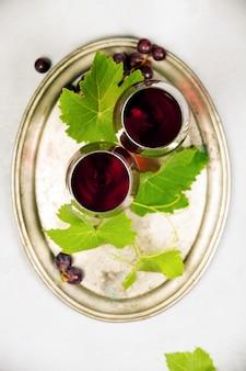 Wino i winogrona na szarym tle marmuru