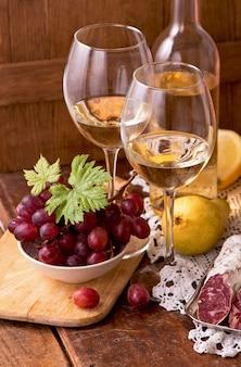 Wino i winogrona w stylu vintage na drewnianym stole