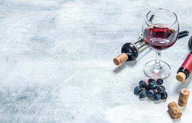 Wino. kieliszek czerwonego wina z winogronami. na rustykalnym.