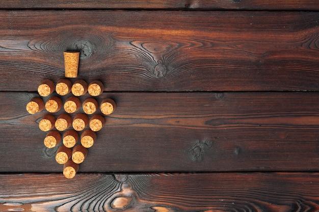 Wino korki na drewnianym tle