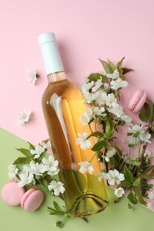 Wino, makaroniki i kwiaty na tle dwóch tonów