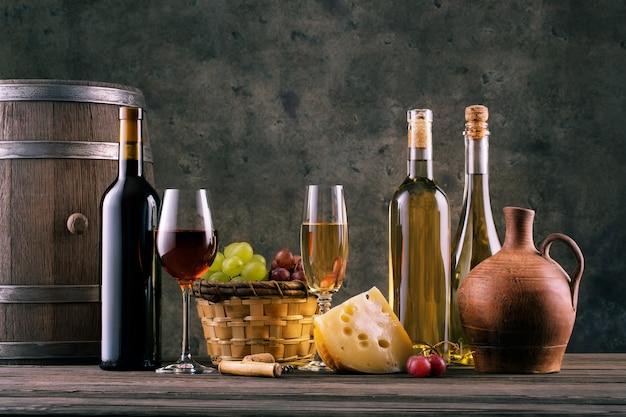 Wino martwa natura z szklankami butelek i winogron