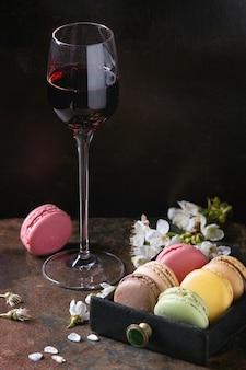 Wino porto z francuskimi makaronikami deserowymi
