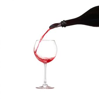 Wino w szklance wlewając z butelki i zrobić plusk, dozownik na butelce