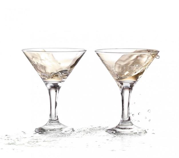 Wino wirujące w dwóch kielichach kieliszka martini