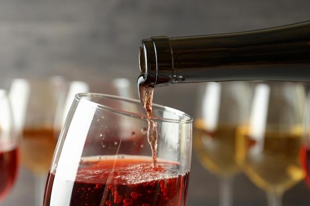 Wino z butelki nalewa się do kieliszka, z bliska i selektywnie skoncentrować
