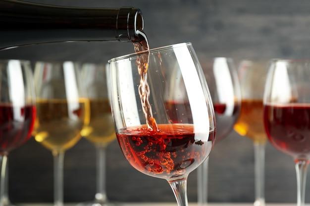 Wino z butelki nalewa się do kieliszka, z bliska i selektywnie skupia się