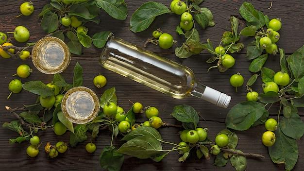 Wino z dzikich jabłek. rama do projektowania. kreatywne projekty