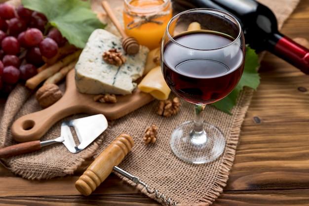 Wino z jedzeniem na drewnianym tle