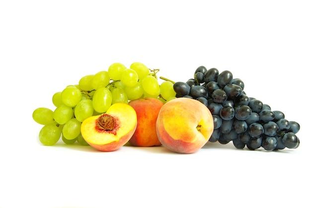 Winogron i brzoskwiń na białym tle na białym tle