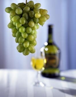 Winogrona i białe wino