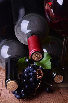 Winogrona i butelki wina