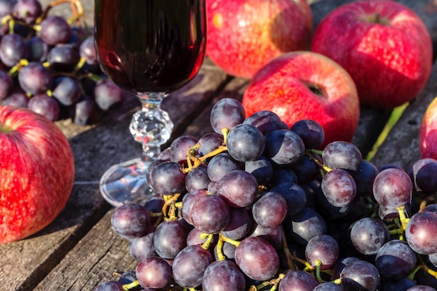 Winogrona i jabłka.