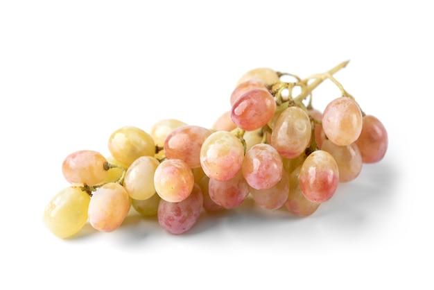 Winogrona na białym tle na białej powierzchni.