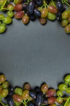 Winogrona na ciemnym tle z kopii przestrzenią.