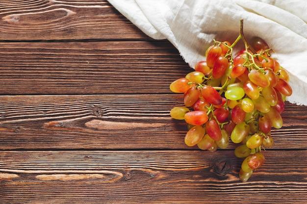 Winogrona na drewnianym stole