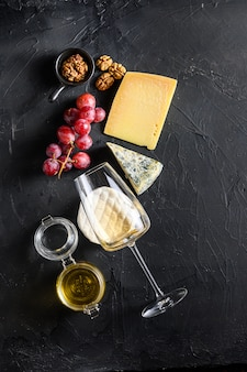Winogrona z białym winem i różnymi rodzajami serów