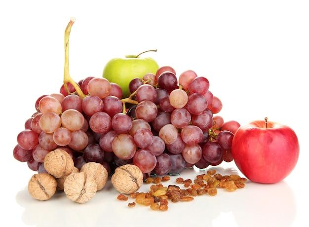 Winogrona z orzechami na białym tle