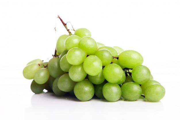 Winogrono odizolowywający na białym tle