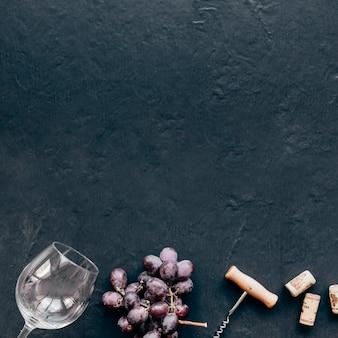 Winogrono W Pobliżu Czara I Korkociąg Darmowe Zdjęcia