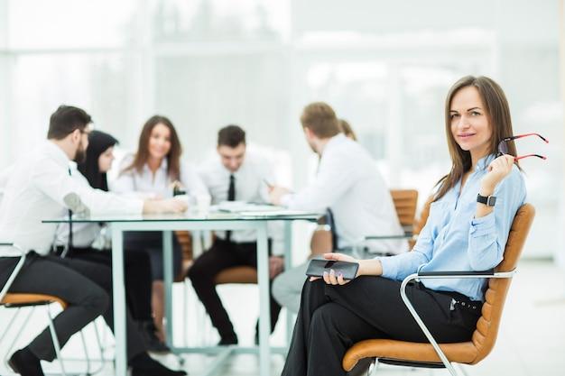 Wiodący prawnik firmy na tle partnerów biznesowych spotkań biznesowych.