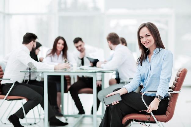Wiodący prawnik firmy zajmujący się spotkaniami biznesowymi z partnerami biznesowymi.