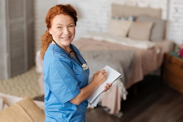 Wiodący specjalista. wybitna charyzmatyczna miejscowa terapeutka konsultuje się ze swoim pacjentem, odwiedzając go w domu i pracując nad diagnozą