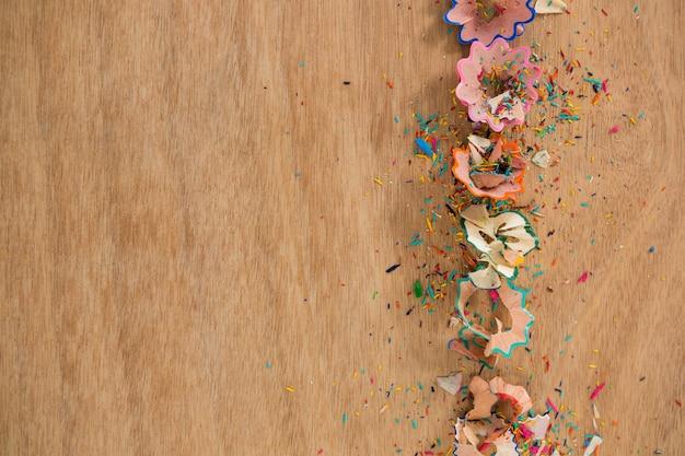 Wióry kolorowe ołówek na drewnianym stole