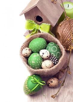 Wiosenna granica w kolorze zielonym i brązowym z pisankami i wiosennymi dekoracjami, miejsca na tekst