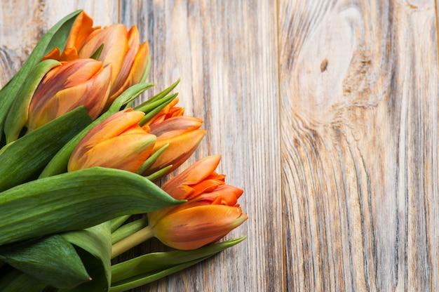 Wiosenna kompozycja z pomarańczowymi tulipanami