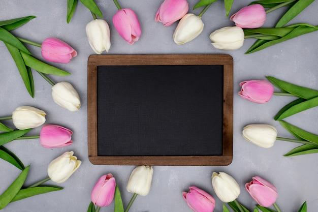 Wiosenna kompozycja z tulipanami na szaro-teksturowanej