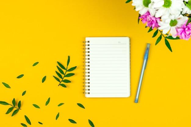 Wiosenna makieta miejsca pracy z pustym notatnikiem, bukiet z kwiatami, tło na 8 marca, dzień kobiet, dzień matki, zdjęcie wakacje