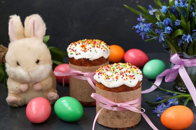 Wiosenna martwa natura wielkanocnych ciast, malowanych jajek i leśnych przebiśniegów