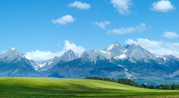 Wiosenna panorama wysokich tatr ze śniegiem na zboczu góry (słowacja)