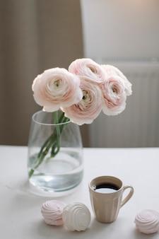Wiosenna romantyczna martwa natura z kwiatami, filiżanką kawy i ptasie mleczko