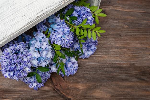 Wiosenne hiacyntowe kwiaty w różowym pudełku trend kwiaty w pudełku. skopiuj miejsce.