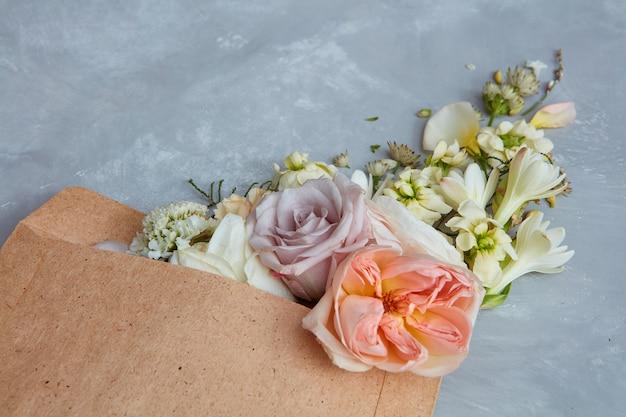 Wiosenne kwiaty. 8 marca, dzień matki, walentynki, międzynarodowy dzień kobiet, pogratuluj koncepcji