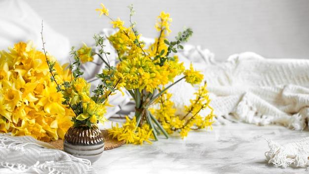 Wiosenne kwiaty i kwitną w przytulnej domowej atmosferze.