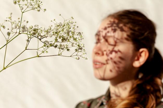 Wiosenne kwiaty i niewyraźne kobiety