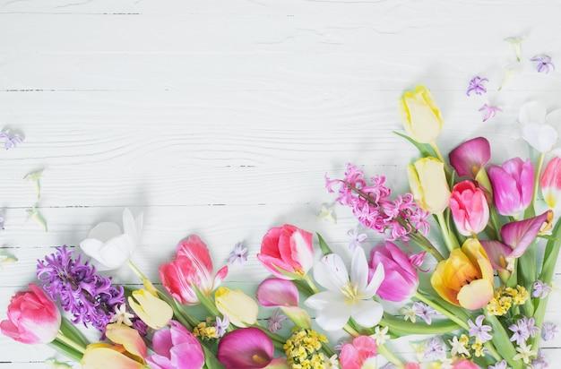 Wiosenne kwiaty na białym tle drewniane